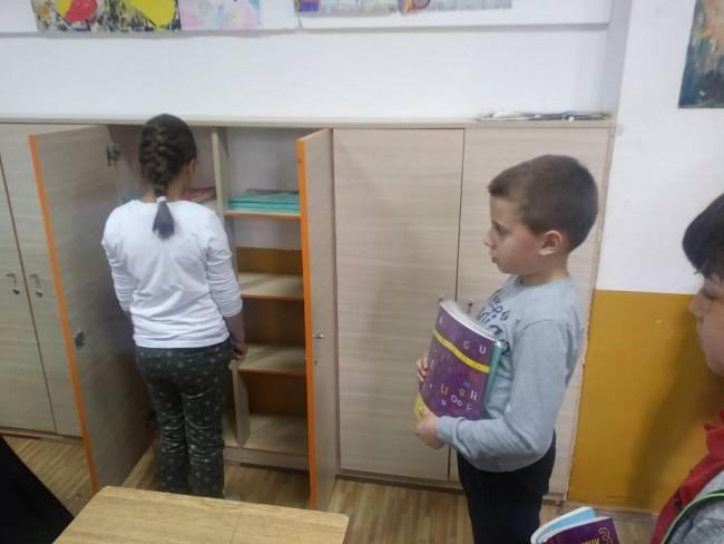 "OŠ ""VESELIN MASLEŠA"": UGRADNJA ORMARIĆA OLAKŠALA ĐAČKE TORBE"