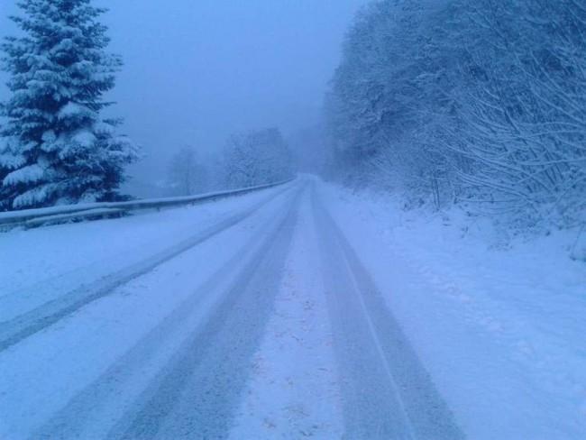 Saobraćaj otežan zbog zasniježenih i klizavih kolovoza