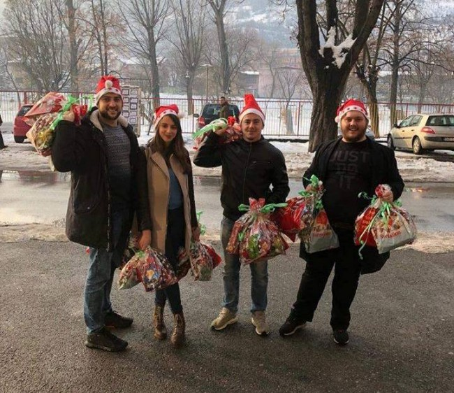 """Studentska pozorišna trupa novogodišnjim paketićima obradovala korisnike """"Tračka nade"""""""