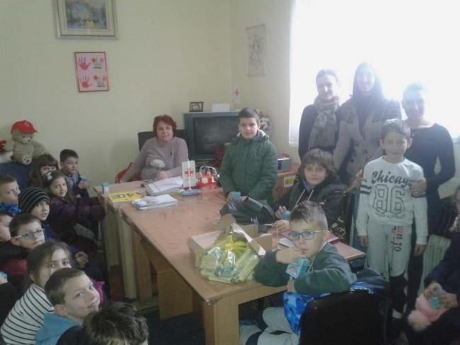 """OŠ """"Sveti Sava"""": Učenici darivali odjeću i igračke"""