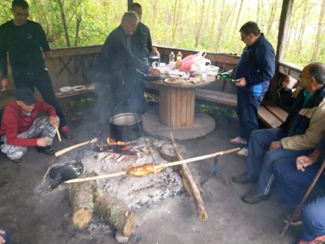 Prvomajski uranak na brdu Zabrana uz piliće na ražnju, kotlić i roštilj