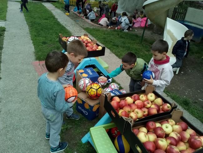 Sportski savez obradovao djecu u vrtiću loptama i jabukama